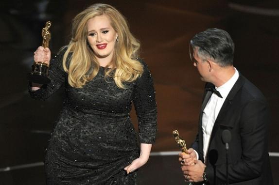 Adele se llevo la estuatilla como mejor canción titulada 'Skyfall'.