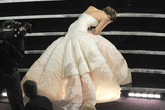 El momento exacto cuando cae Jennifer al subir por su estatua dorada.