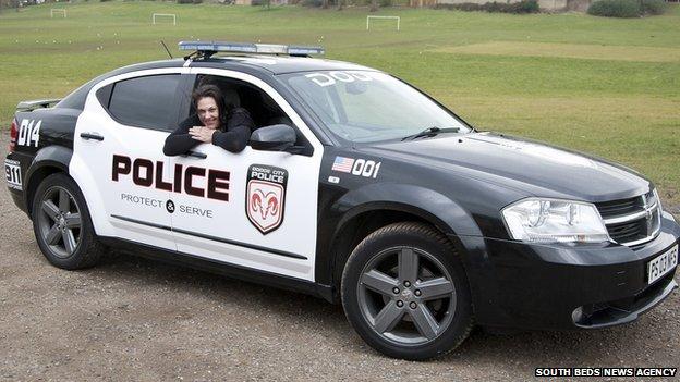 Mamá e hijos van a la escuela en patrulla de Need For Speed
